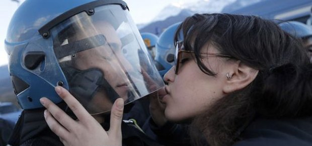 1164138_manifestante-beija-policial