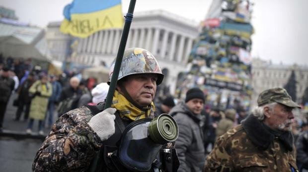 2mar2014---um-membro-da-chamada-unidade-de-autodefesa-de-maidan-se-posiciona-na-praca-da-independencia-na-capital-ucraniana-kiev-a-ucrania-vem-acusando-a-russia-pelo-envio-de-tropas-que-cercaram-1393767869496_1920x10 (1)