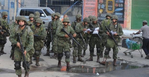5abr2014---militares-durante-a-ocupacao-do-complexo-de-favelas-da-mare-no-rio-de-janeiro-rj-neste-sabado-5-a-area-onde-vivem-130-mil-pessoas-ja-estava-ocupada-pela-policia-militar-pm-des