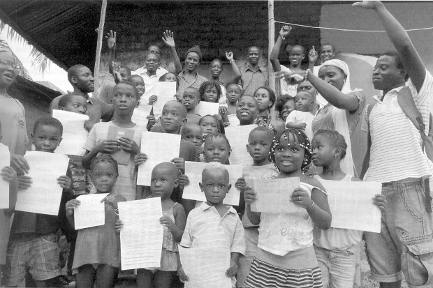 guiné  prof e crianças comunidade JPEG
