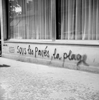 Sous-les-pavés-la-plage_Roger-Viollet-AFP