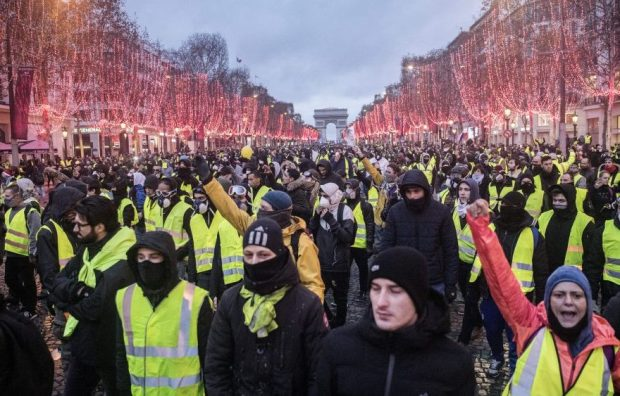 yellow_vests_2-880x563